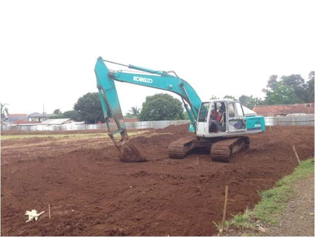 Pengupasan lahan untuk konstruksi Lapangan Sepakbola dengan excavator (dokumen pribadi)
