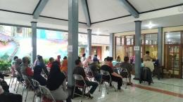 Peserta vaksinasi antre menunggu panggilan untuk mendapatkan vaksin Covid-19 di Balai Kelurahan Sokanegara (28/6). | Dokpri