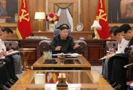 Penampakan Kim Jong Un yang jauh lebih langsing di TV Korea Utara. Sumber: Reuters via KCNA