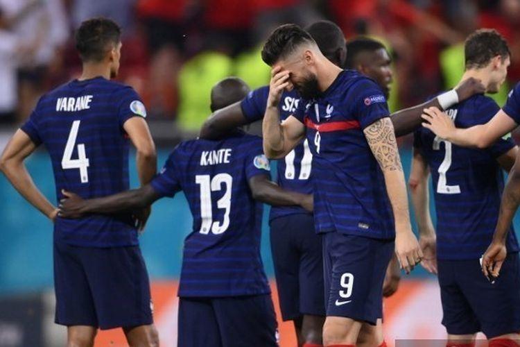 Skuad timnas Perancis memancarkan kekecewaan usai kalah adu penalti 4-5 dari Swiss pada babak 16 besar Euro 2020.| Sumber: FRANCK FIFE via Kompas.com