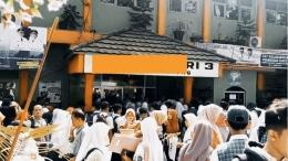 Sekolah Negeri Dipadati Calon Siswa (Sebelum Musim Pandemi). Sumber: https://mitrapol.com/