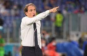 Roberto Mancini memberi intruksi (sumber : bola.okezone.com)