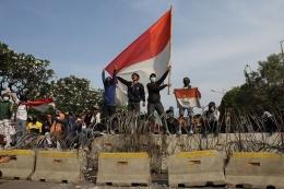 Massa yang terdiri dari pelajar dan mahasiswa kembali turun ke jalan melakukan aksi tolak UU KPK dan sejumlah RUU yang dinilai kontroversial di kawasan simpang susun Semanggi, Senayan, Jakarta Pusat, Senin (30/9/2019).(KOMPAS.com/M ZAENUDDIN)