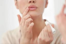 Ilustrasi pengaplikasian lip balm dan lip sleeping mask (sumber: shutterstock)