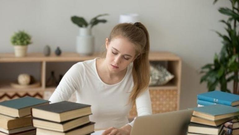 Figure 1: Menulis dapat melatih berpikir krtitis - ilustrasi oleh bola.com