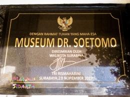 Prasasti peresmian oleh walikota Surabaya, Ibu Tri Rismaharini (Dokumentasi Mawan Sidarta)