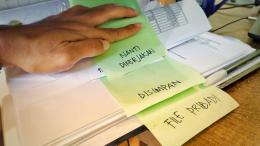 Jike berupa lembaran dokumen, kita dapat memanfaatkan sebuah ordner dengan membolongi kertas dan menjepit di dalamnya sesuai kategori.   Dok. pri