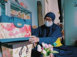 Ibu Cucu Kodariah R. sudah berkecimpung di dunia kerajinan decoupage selama kurang lebih 4 tahun (Sumber: dokpri)