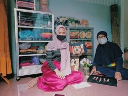 Foto bersama Ibu Cucu Kodariah R. selaku pengrajin asal Sunter Agung, Tanjung Priok, Jakarta Utara. (Sumber: dokpri)