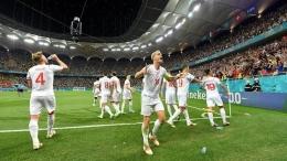 Kapten Timnas Swiss, Granit Xhaka (10) merayakan lolosnya Swiss ke perempat final Euro 2020. Ternyata, Swiss menyiapkan tim sudah sejak 2011 silam. Kini, mereka merasakan hasilnya/Foto: https://in.news.yahoo.com/