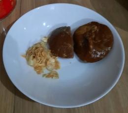 Ilustrasi gambar 2 butir bawang putih yang sudah digoreng dan gula merah 150 gram