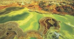 Mata air panas di Cekungan Danakil Afrika. Sumber: buku Periodic Table Book - A Visual Encyclopedia, hlm. 170-171.