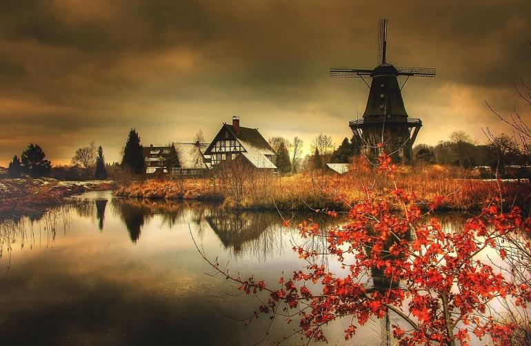 Kincir angin tua di sebuah pemukiman (Pixabay.com)