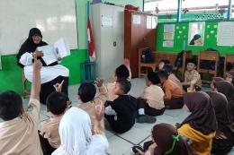 Diana Indrawati guru kelas III SDN 174/V Intan Jaya, Muara Papalik, Tanjab Barat. Sekolahnya berada di pedesaan transmigrasi yang penduduknya mengandalkan hasil perkebunan.(DOK. PRIBADI/DIANA INDRAWATI)