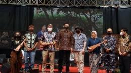 Foto bersama di pembukaan International Conference Sound of Borobudur (sumber: Wartakotalive)