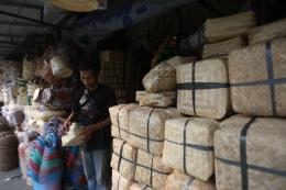 pedagang besek anyaman bambu