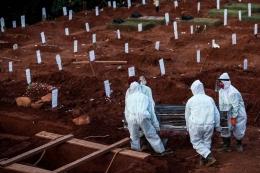 Petugas pemakaman yang membawa peti jenazah suspect Covid-19 di TPU Pondok Rangon, Jakarta Timur | Foto diambil dari Kompas/Garry Lotulong