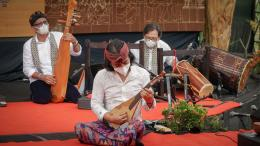 Tim Sound of Borobudur saat memainkan musik bersama-sama (depan: Dewa Budjana) - dok. pri