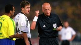 Collina setelah mengartu kuning Klose di final Piala Dunia 2002. (dok: FIFA)