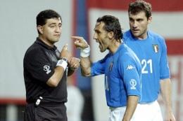 Moreno tak tertarik protes Di Livio setelah mengusir Totti. (AP Photo/Amy Sancetta)