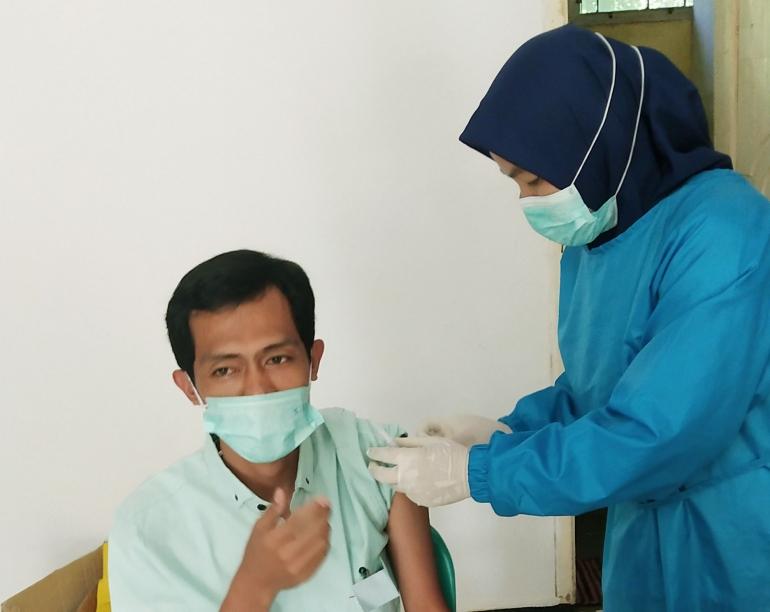 Proses Pemberian Vaksin (Foto:Tardi Setiabudi)