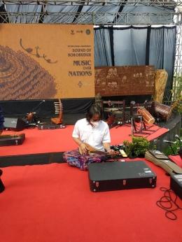 Musisi Dewa Budjana sedang memainkan alat musik. Dok: Riana Dewie