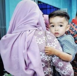 Seorang anak dalam gendongan ibunya. (Sumber: Dokumentasi pribadi/Foto oleh Kazena Krista)