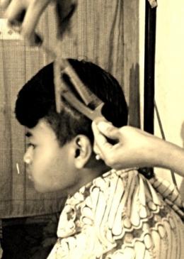 Potong rambut di rumah hayuukkk/ dokumen swarna