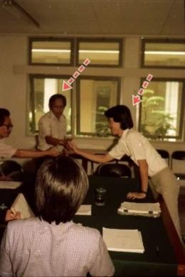 Ujian skripsi yang boleh disaksikan para mahasiswa. Pak Mundardjito (panah kiri) dan saya (panah kanan)/Foto: Dokpri