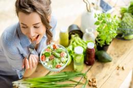 Ilustrasi makan sayuran. (sumber: Shutterstock via kompas.com)