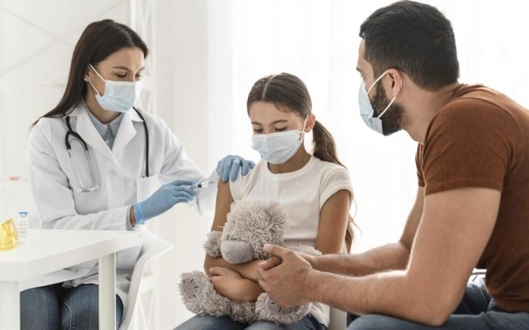 Ilustrasi vaksin untuk anak-anak (sumber foto: freepik)