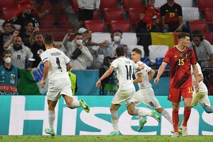 Nicolo Barella bersama rekan-rekannya merayakan gol ke gawang Belgia. (Foto: AFP/ANDREAS GEBERT)