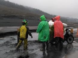 Saling membantu saat terjebak banjir lumpur di bawah puncak Bromo. Dokpri