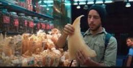 Ali saat memegang sirip hiu kering siap jual di Hong Kong. sumber: bbc.com