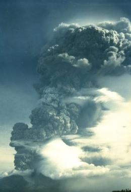 Erupsi Gunung Kie Besi. Tinggi Kolom asap mencapai 10 km, Willem Rohi 1988 Dok. Volcanological Survey of Indonesia