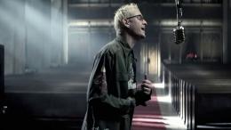 Chester Bennington dalam video musik