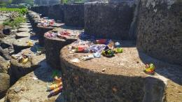 Sisa-sisa keramaian pengunjung yang biasa mengunjungi Pantai Panjang. Banyak sampah berserakan di bibir dan beton pembatas Pantai Panjang | Dok. pri