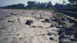 Situasi lengang pantai yang biasanya ramai dan meninggalkan sampah berserak | Dok. pri