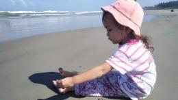 Segelintir pengunjung menikmati Pantai Panjang Bengkulu yang lengang | Dok. pri