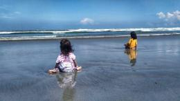 Keluarga menikmati hamparan luas Pantai Panjang | Dok. pri