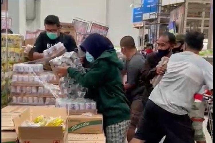 Tangkapan layar video viral rebutan susu beruang (Sumber: Kompas.com)