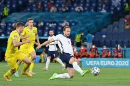 Aksi Harry Kane Ketika Mencetak Gol Kepagian ke Gawang Ukraina - Sumber : bola.kompas.com