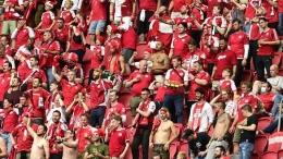 Foto: Fans Denmark bereaksi selama pertandingan babak 16 besar kejuaraan sepak bola Euro 2020 antara Wales dan Denmark di Johan Cruyff ArenA di Amsterdam, Belanda, Sabtu, 26 Juni 2021. (Olaf Kraak/Pool via AP)