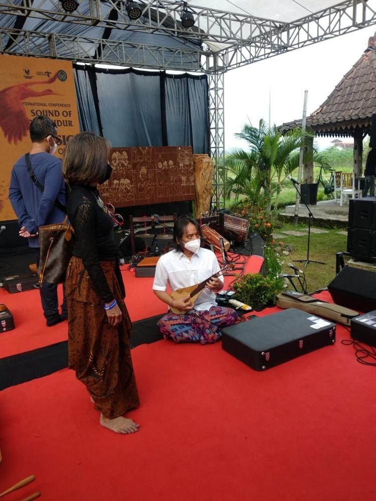 Trie Utami dan Dewa Budjana (Dokumentasi KJog-Riana Dewie)
