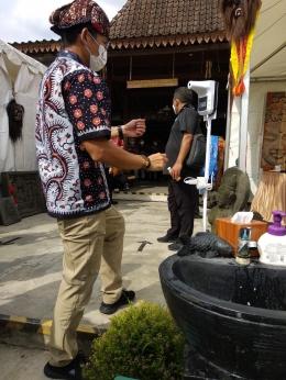 Menteri Sandiaga Uno hendak mencuci tangan (Dokumentasi KJog-Riana Dewie)
