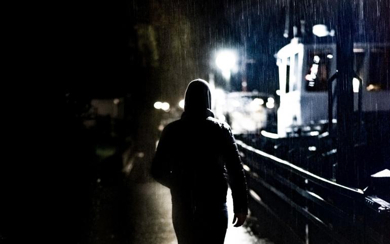 Ilustrasi: seseorang yang berjalan di bawah hujan (Foto: Skitterphoto Via Pixabay)