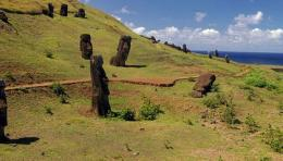 Moai tersebar di pulau ini. Jumlahnya mencapai seribu (sumber gambar: Smithsonianmag.com)
