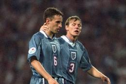 Gareth Southgate (no.6) gagal eksekusi penalti di Euro 1996/ foto: mirror.co.uk