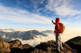Hobi yang menantang antara lain naik gunung (travel.kompas.com)