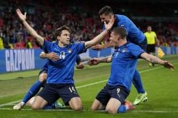 Para pemain Italia merayakan gol ke gawang Austria, di babak 16 Besar Euro 2020 (Foto: AFP/FRANK AUGSTEIN)